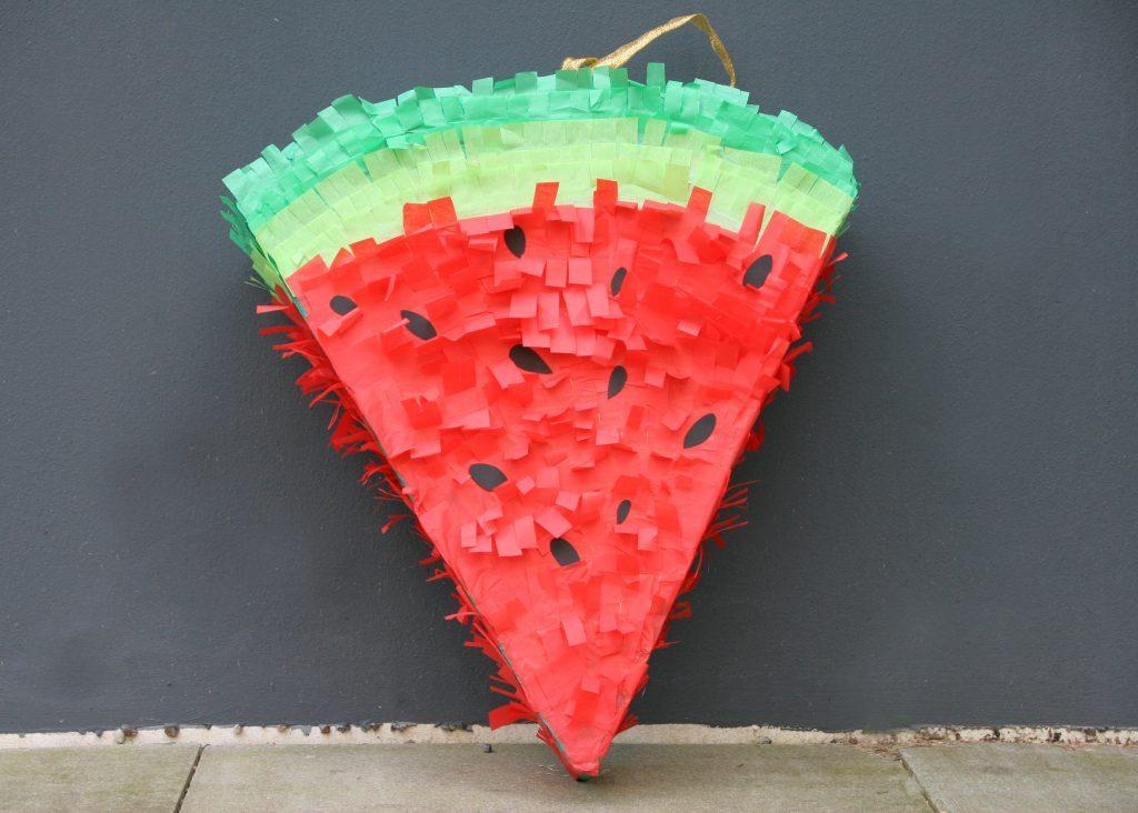pinata basteln wie du eine melonen pinata selber basteln kannst. Black Bedroom Furniture Sets. Home Design Ideas