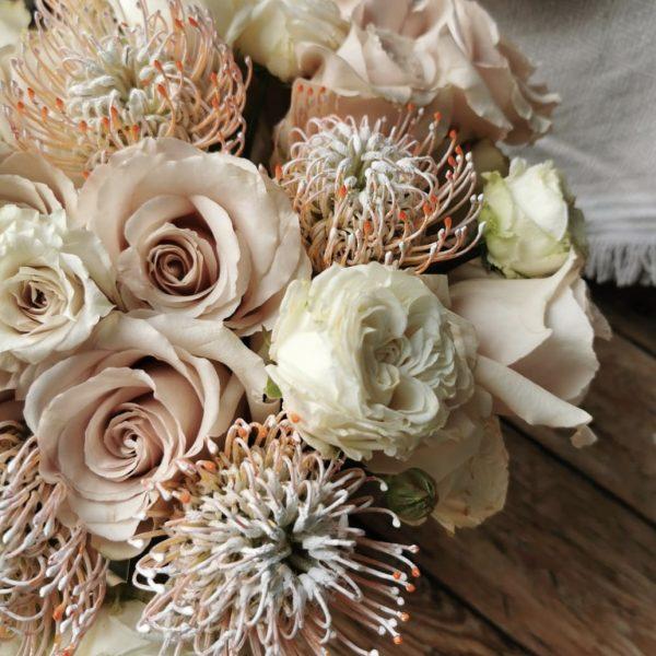 Protea und Rosen