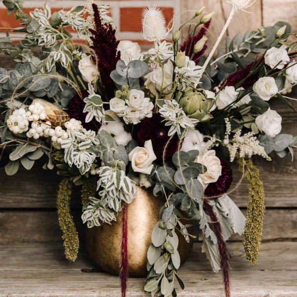 Blumenvase vor Holzstapel, Marion Flemming