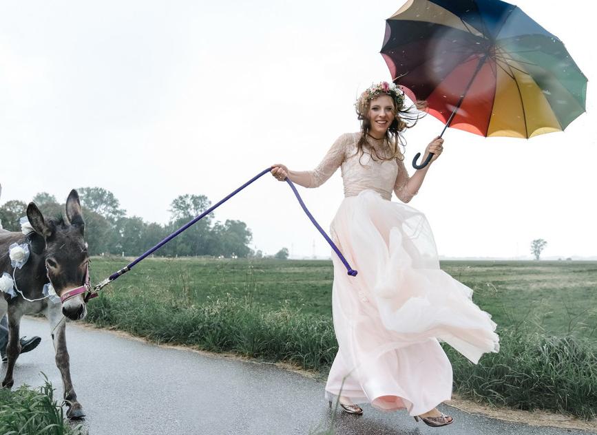 Amina mit Regenschirm