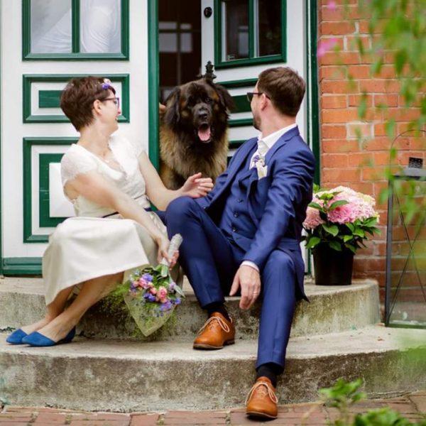 Caroline und Thomas mit Hund auf der Treppe