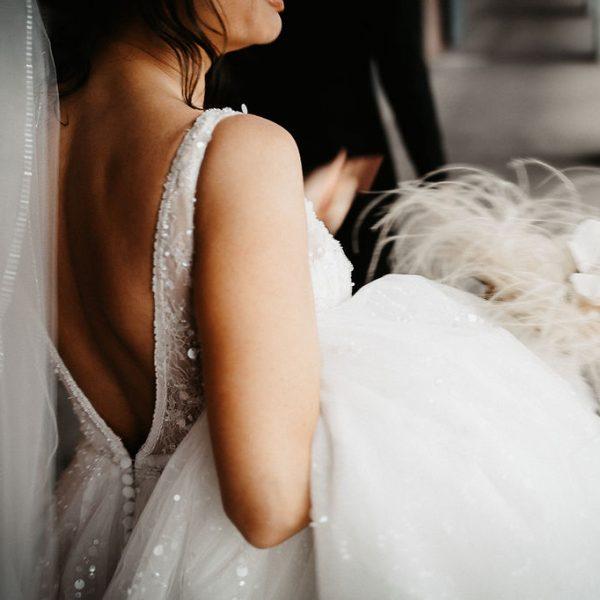 Braut mit Kleid und Strauss