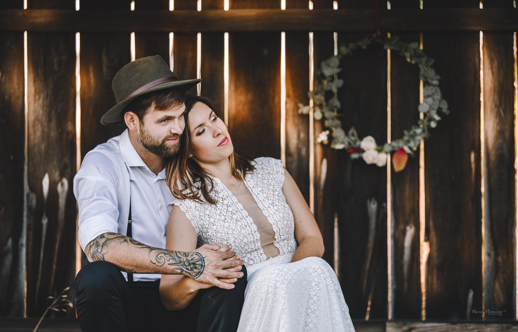 Brautpaar in einer Scheune
