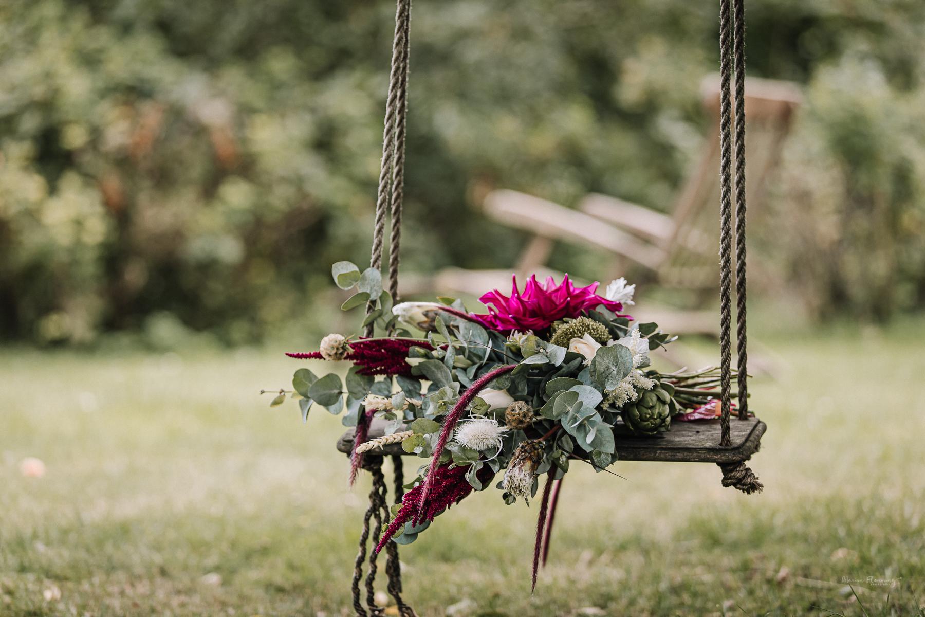 Brautstrauß auf einer Schaukel